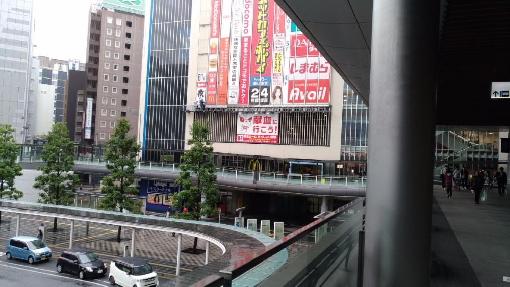10月の博多駅筑紫口。余りの寒さにダウンジャケットを着ている人も。ザ・セールスライター