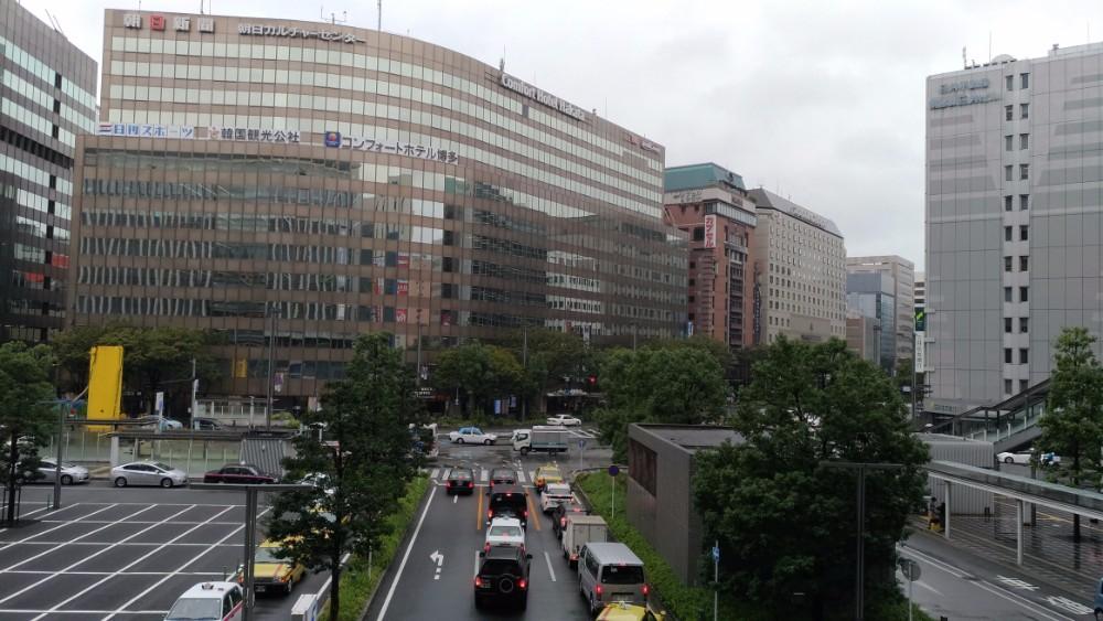 10月の博多駅筑紫口。この日は雨が降り寒かった。ザ・セールスライター