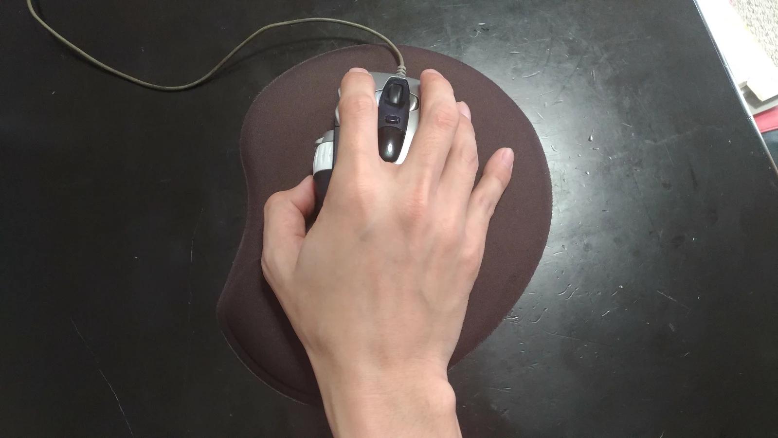そして、僕は手のひらが大きく、指が長いためか、マウスを右手の小指で支える癖があるからです。