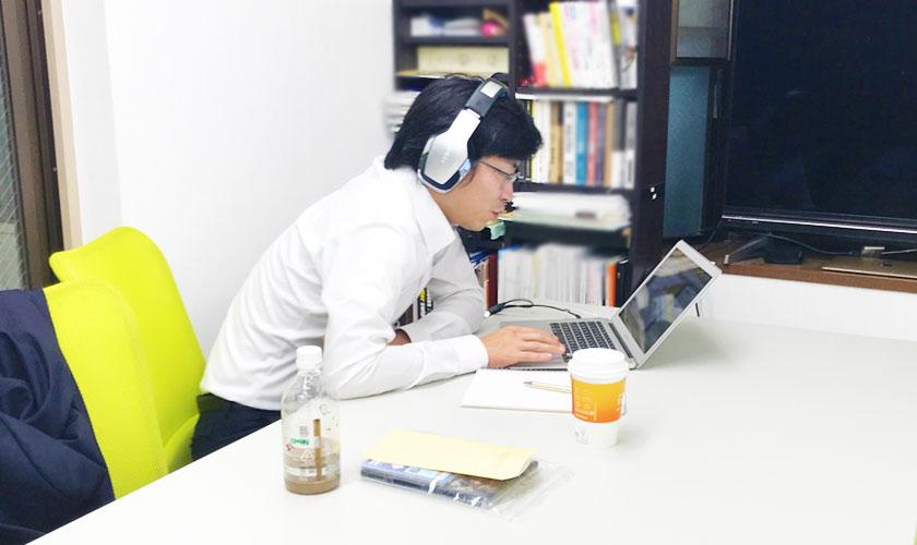 パソコンと向き合う宮川氏